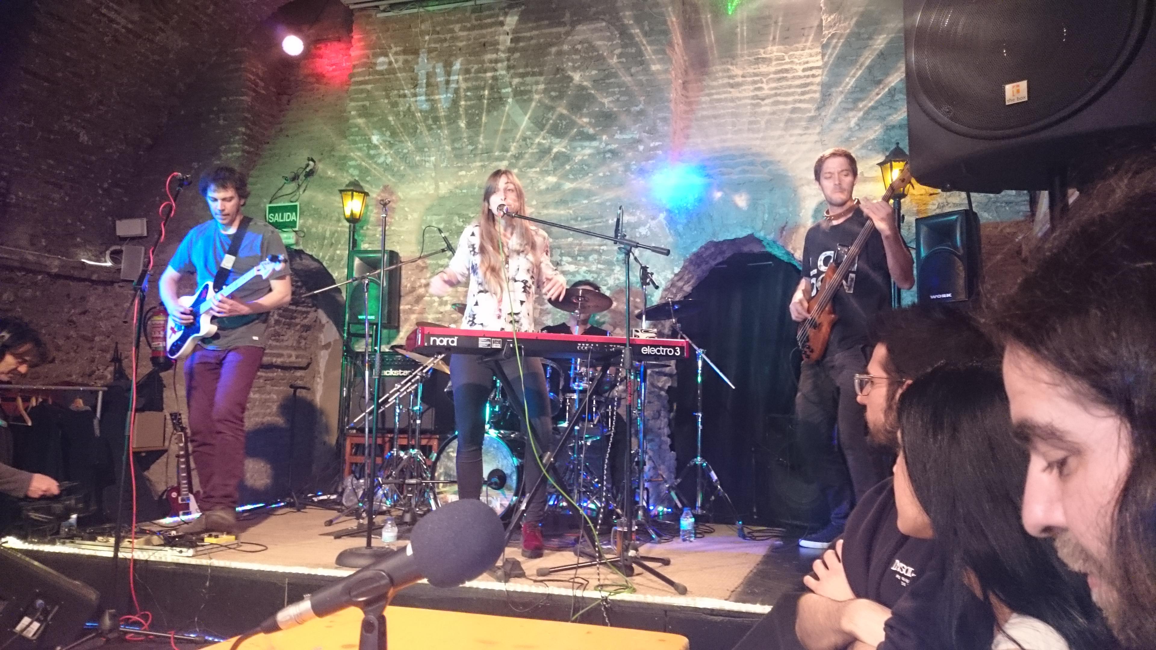 Templeton Pets sobre el escenario y Sancet, Isabel y Michael de Insolenzia en la mesa de Vivo Rock